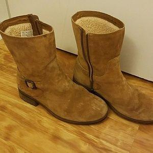 UGG Australia 9 1/2 fleece-lined suede shoes.